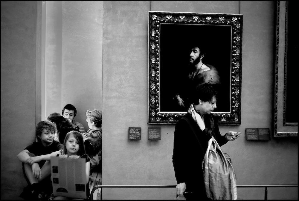 LE LOUVRE / EL LOUVRE<br /> Photography by Aaron Sosa<br /> Par&iacute;s - France 2008<br /> (Copyright &copy; Aaron Sosa)<br /> <br /> El Museo del Louvre (en franc&eacute;s: Mus&eacute;e du Louvre) es un museo de Francia consagrado al arte anterior al impresionismo, tanto bellas artes como arqueolog&iacute;a  y artes decorativas. Es considerado el museo m&aacute;s importante del mundo, por la riqueza de sus colecciones y por la influencia que ha ejercido en los restantes museos del planeta. Est&aacute; ubicado en Par&iacute;s (Francia), en el antiguo palacio real del Louvre, y actualmente promueve la apertura de dos subsedes, en Lens (Francia) y en Abu Dabi (Emiratos &Aacute;rabes Unidos).[1]<br /> <br /> Sus extensos muermos son el resultado de un doble esfuerzo hist&oacute;rico. Al coleccionismo desarrollado por la monarqu&iacute;a francesa a lo largo de varios siglos, se sum&oacute; el esfuerzo de los hombres de la Ilustraci&oacute;n, la labor desamortizadora de la Revoluci&oacute;n francesa y las campa&ntilde;as arqueol&oacute;gicas y compras impulsadas durante todo el siglo XIX. La apertura del Louvre en 1793 signific&oacute;, dentro de la historia de los museos, el traspaso de las colecciones privadas de las clases dirigentes (monarqu&iacute;a, aristocracia e Iglesia) a galer&iacute;as de propiedad p&uacute;blica para disfrute del conjunto de la sociedad. Por ello el Louvre constituy&oacute; el precedente de todos los grandes museos nacionales europeos y norteamericanos, y de hecho fue el modelo para muchos de ellos.<br /> <br /> Con m&aacute;s de quince millones de visitantes en 2008 es, con gran diferencia, el museo de arte m&aacute;s visitado del mundo y el m&aacute;s recordado por varias de sus obras maestras, como La Gioconda de Leonardo da Vinci.