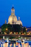 Blick über die Elbe auf Frauenkirche, Schiffe Weiße Flotte bei Dämmerung, Dresden, Sachsen, Deutschland.|.Dresden, Germany, View on river Elbe and Church of Our Lady at night, Dresden
