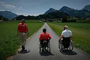 Zwei Rollstuhlfahrer unterwegs im Greyerz. Deux sportifs en chaise roulante en Gruyère. Paraplegiker, paraplégie, chaise roulante. © Romano P. Riedo