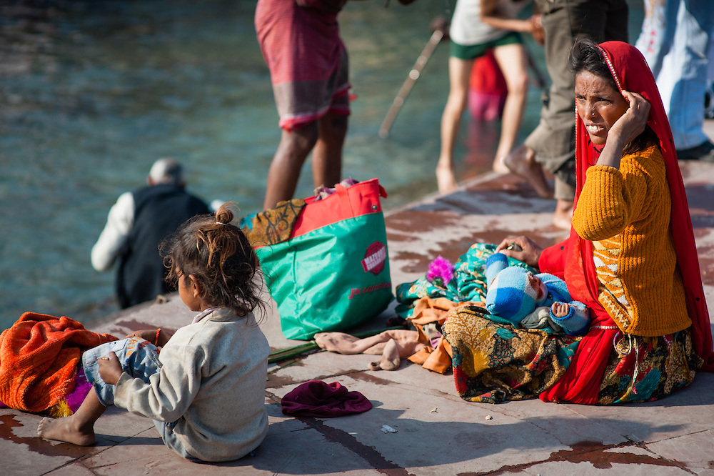Indian mother and daughter on the Ganges ghats at Haridwar (India)