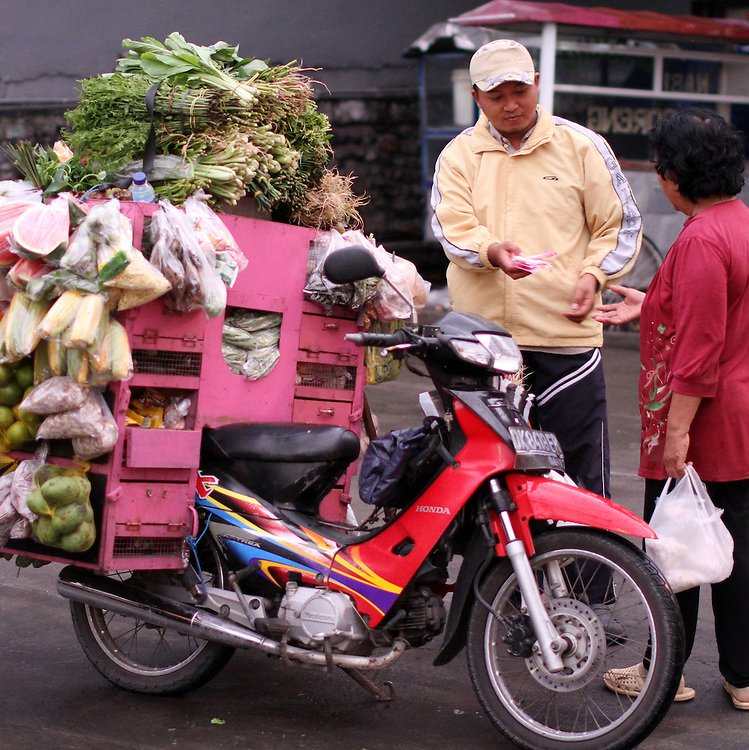 Fruit is sold in the market in Yogyakarta, Indonesia, Thursday, November 10, 2011. Credit: SNPA / Peter Graney.
