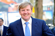 Koning Willem Alexander bij viering eerste lustrum ProDemos  in de Koninklijke Schouwburg . ProDemos heeft als doel mensen te informeren over de Nederlandse democratische rechtsstaat en organiseert activiteiten om de betrokkenheid bij diverse doelgroepen te bevorderen.<br /> <br /> King Willem Alexander attends the celebration of the first anniversary ProDemos in the Royal Theatre. ProDemos aims to inform people about the Dutch democratic constitutional and organizes activities to promote the involvement in various target groups.<br /> <br /> Op de foto / On the photo:  Aankomst / Arrival