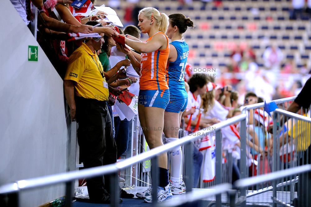 27-09-2009 VOLLEYBAL: EUROPEES KAMPIOENSCHAP NEDERLAND - POLEN: LODZ<br /> De Nederlandse volleybalsters zijn vooralsnog onklopbaar op het EK. Na de ruime zeges op Kroatie en Spanje werd ook gastland Polen met grote overmacht opzij geschoven: 25-18, 25-13, 25-23 / Janneke van Tienen en Kim Staelens<br /> &copy;2009-WWW.FOTOHOOGENDOORN.NL