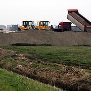 NLD/Huizen/20080129 - Zand voor de bouw van de Blaricummer Meent word per vrachtwagen aangevoerd