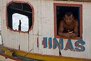 Sao Francisco _ MG, Brasil...Pescador em um barco no rio Sao Francisco, Minas Gerais...A fisherman in a boat in Sao Francisco river, Minas Gerais...Foto: JOAO MARCOS ROSA /  NITRO