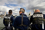 Paris, France. 2 Mai 2009..Brigade Fluviale de Paris..17h01 En ronde de surveillance sur la Seine...Paris, France. May 2nd 2009..Paris fluvial squad..5:01 pm Watching patrol on the Seine..