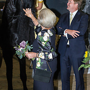NLD/Leeuwarden/20180908 - Koning Willem Alexander en Beatrix aanwezig bij premiere de Stormruiter, Prinses Beatrix en Koning Willem Alexander aaien een paard