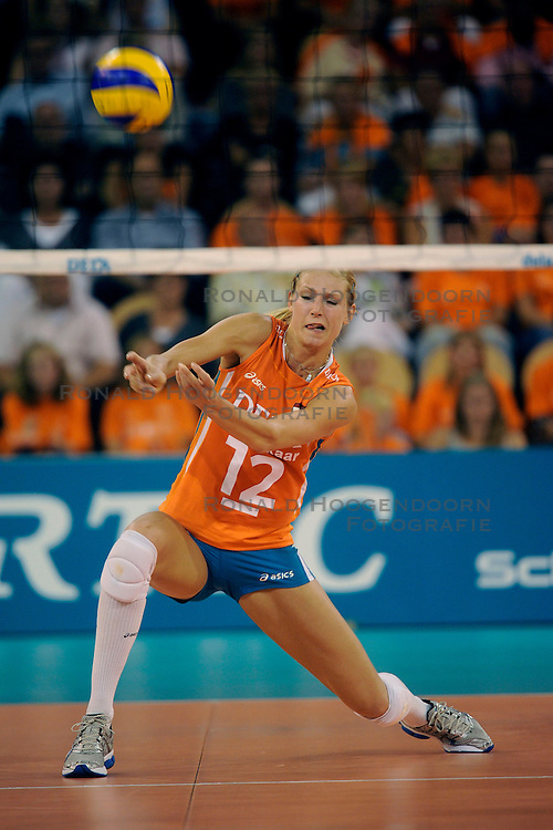20-09-2009 VOLLEYBAL: DELA TROPHY NEDERLAND - TURKIJE: EINDHOVEN<br /> Nederland ook de tweede wedstrijd van Turkije maar ditmaal iets moeizamer 3 -2 / Manon Flier<br /> &copy;2009-WWW.FOTOHOOGENDOORN.NL