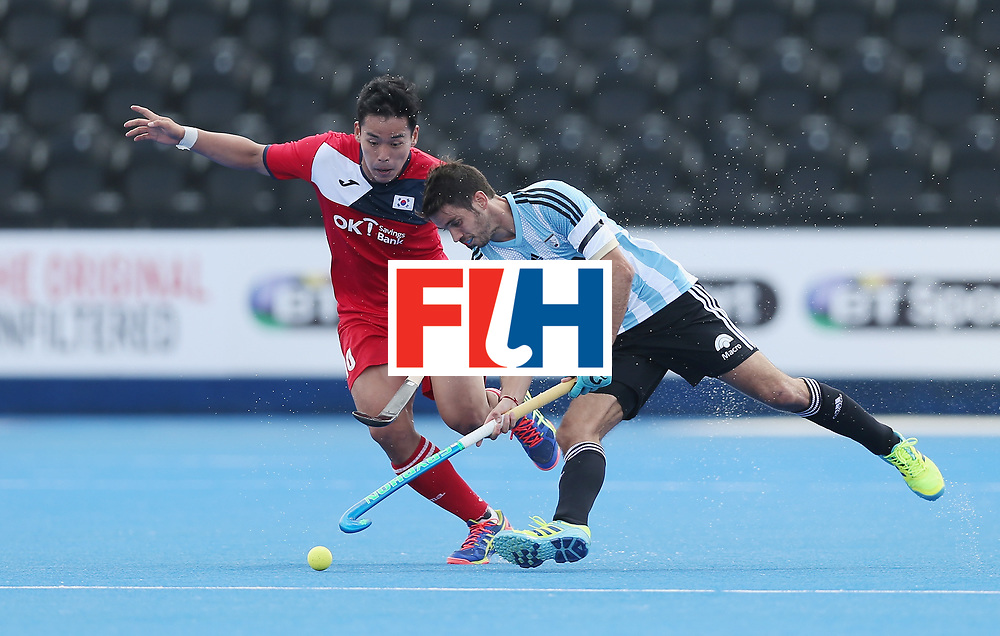 LONDON, ENGLAND - JUNE 15:  Junwoo Jeong of South Korea and Matias Rey of Argentina during the Hero Hockey World League Semi Final match between Korea and Argentina at Lee Valley Hockey and Tennis Centre on June 15, 2017 in London, England.  (Photo by Alex Morton/Getty Images)