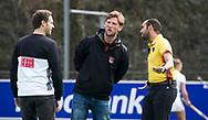 BILTHOVEN - hoofdklasse competitie dames, SCHC-Amsterdam (1-3). assistent-coach Robert Tigges (A'dam), links coach Rick Mathijssen (A'dam), rechts scheidsrechter Jacir Soares de Brito .  COPYRIGHT KOEN SUYK