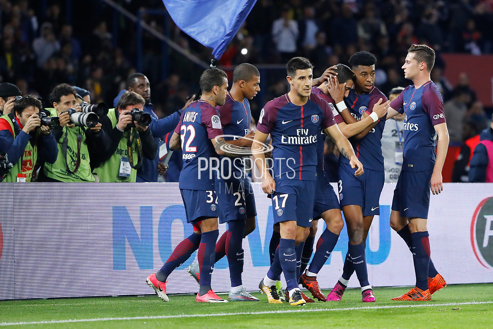 Angel Di Maria (psg) greated by team mates (Presnel Kimpembe (PSG), Julian Draxler (PSG), Yuri Berchiche (PSG), Kylian Mbappe (PSG), Daniel Alves da Silva (PSG)) for it decisive ball to Edinson Roberto Paulo Cavani Gomez (psg) (El Matador) (El Botija) (Florestan) during the French Championship Ligue 1 football match between Paris Saint-Germain and OGC Nice on October 27, 2017 at Parc des Princes stadium in Paris, France - Photo Stephane Allaman / ProSportsImages / DPPI