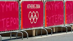 18-08-2004 WIELRENNEN: TIJDRIT OLYMPIC GAMES: ATHENE<br /> Leontien Zijlaard van Moorsel pakt de gouden medaille op de tijdrit - dranghek met boarding os athene ringen illustratief<br /> ©2004-WWW.FOTOHOOGENDOORN.NL