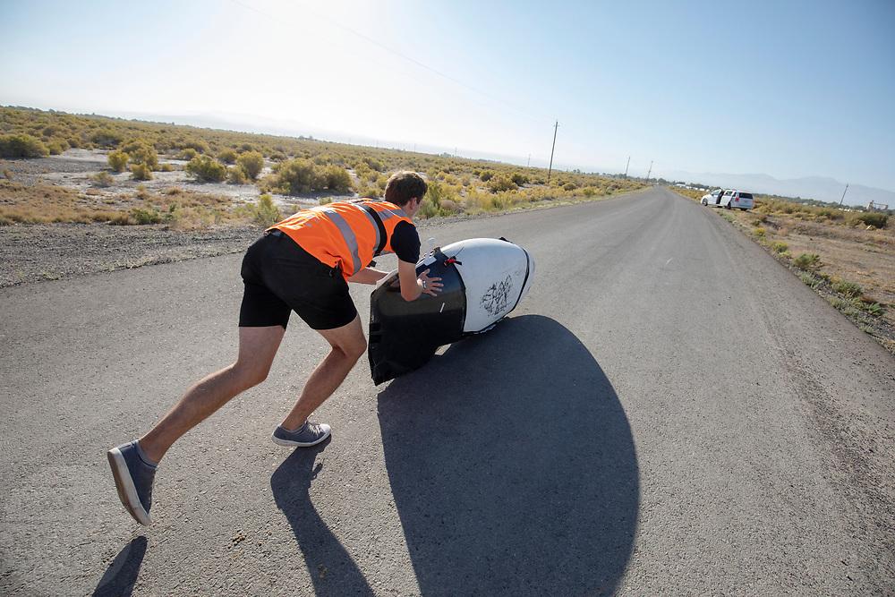 In Battle Mountain traint  het voor de laatste keer.Het Human Power Team Delft en Amsterdam, dat bestaat uit studenten van de TU Delft en de VU Amsterdam, is in Amerika om tijdens de World Human Powered Speed Challenge in Nevada een poging te doen het wereldrecord snelfietsen voor vrouwen te verbreken met de VeloX 8, een gestroomlijnde ligfiets. Het record is met 121,81 km/h sinds 2010 in handen van de Francaise Barbara Buatois. De Canadees Todd Reichert is de snelste man met 144,17 km/h sinds 2016.<br /> <br /> With the VeloX 8, a special recumbent bike, the Human Power Team Delft and Amsterdam, consisting of students of the TU Delft and the VU Amsterdam, wants to set a new woman's world record cycling in September at the World Human Powered Speed Challenge in Nevada. The current speed record is 121,81 km/h, set in 2010 by Barbara Buatois. The fastest man is Todd Reichert with 144,17 km/h.