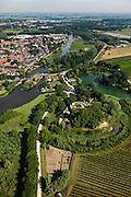 Nederland, Gelderland, Gemeente Lingewaal, 08-07-2010; Fort Asperen, onderdeel Nieuwe Hollandse Waterlinie. Links Asperen en riviertje de Linge met sluis (zoals ook gebruikt voor de inundatie)..Fort Asperen, part of the New Dutch Waterline. On the left Asperen and the river Linge with sluices for inundation..luchtfoto (toeslag), aerial photo (additional fee required).foto/photo Siebe Swart