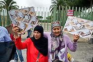 """Roma, 19 Settembre  2014<br /> Manifestazione  contro  ISIS ( Stato Islamico).<br /> Uno striscione con la scritta: """"ISIS non è Islam"""" esposto da un gruppo di italiani ed immigrati davanti alla Moschea Grande  di Roma, durante la preghiera del Venerdi. Manifestanti  con i disegni di artisti siriani contro ISIS.<br /> Rome, 19 September 2014 <br /> Demonstration against ISIS (Islamic State). <br /> A banner with the inscription: """"ISIS is not Islam"""" exhibited by a group of Italian and immigrants  in front of the Grand Mosque of Rome, during prayers on Friday. Demonstrators with the designs of Syrian artists against ISIS"""