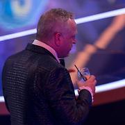 NLD/Baarn/20180410 - 2018 finale 'It Takes 2, Gordon Heuckeroth neemt een drankje