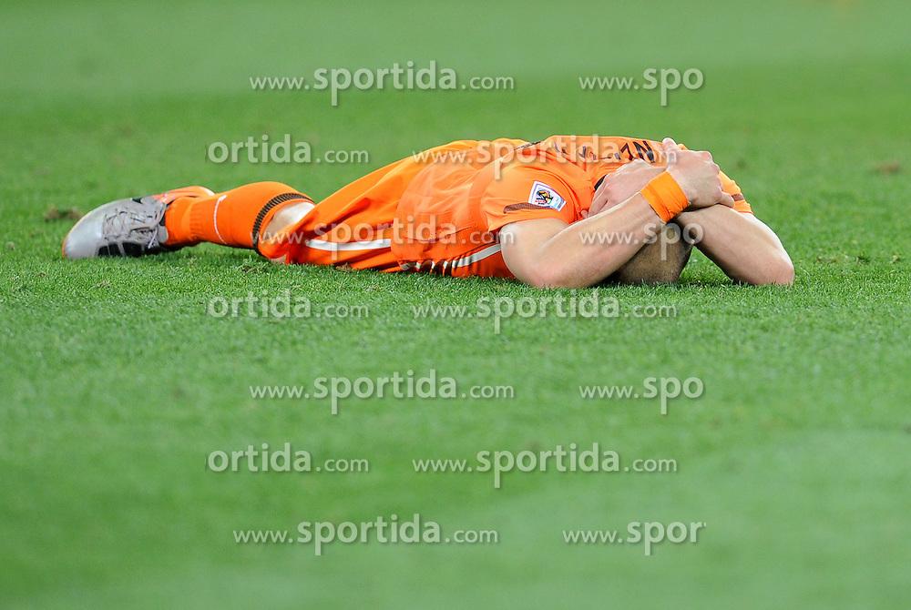 11.07.2010, Soccer-City-Stadion, Johannesburg, RSA, FIFA WM 2010, Finale, Niederlande (NED) vs Spanien (ESP) im Bild am Boden zerstört Wesley Sneijder, EXPA Pictures © 2010, PhotoCredit: EXPA/ InsideFoto/ Perottino *** ATTENTION *** FOR AUSTRIA AND SLOVENIA USE ONLY! / SPORTIDA PHOTO AGENCY