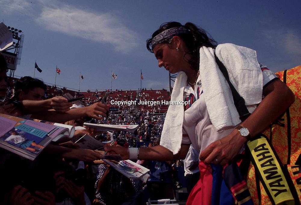 US Open 1995, Grand Slam Tennis Turnier in New York, Gabriela Sabatini (ARG) schreibt Autogramme nach dem Spiel,