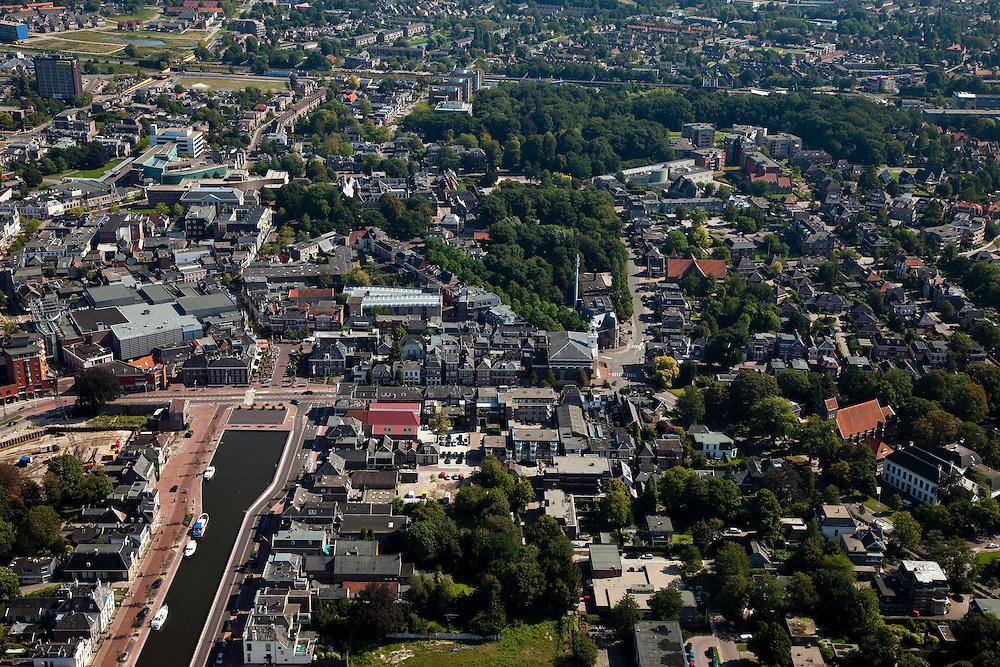 Nederland, Drenthe, Assen, 08-09-2009; centrum van de stad, de Vaart (verlengde Drentsche Hoofdvaart) doodlopend op de Markt, gezien naar de Brink (driehoek in het midden met bomen).City centre.luchtfoto (toeslag); aerial photo (additional fee required); .foto Siebe Swart / photo Siebe Swart