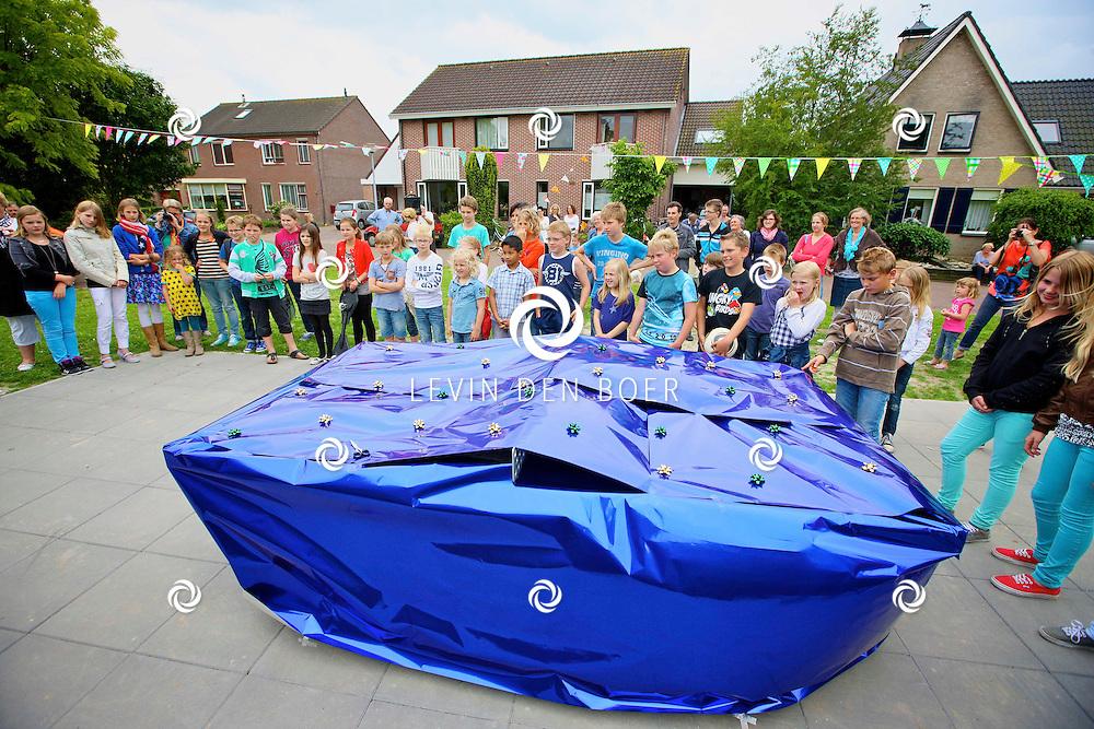 BRAKEL - Initiatiefnemer Sven Kanselaar opende samen met de buurtkinderen de nieuwe tafeltennistafel. FOTO LEVIN DEN BOER - PERSFOTO.NU