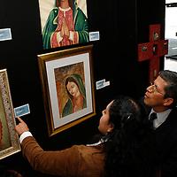 Toluca, México.- Edgar Alfonso Muño, director general del Instituto Mexiquense, durante la décimo segundo Tianguis de Arte, conformado por pintura, escultura y fotógrafía. Agencia MVT / Arturo Hernández S.