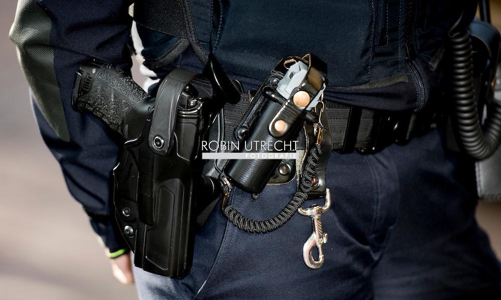eigen ROTTERDAM -Etnisch profileren in. Nederland: wat weten we nou echt?  politie agent politieagent op straat dienstwapen samenschoolingsverbod , Politie agent , agenten , bewaken , beveilingen aanslag , voorkomen , dreining , wapen , dienstwapen , survieren Etnisch profileren  copyright robin utrecht