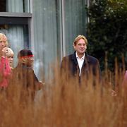 Crematie Donald Jones, ex vrouw Marleen Rasenberg, gert-an Dröge, een van de Christmas Twins en Frans Mulder, sigaret rokend
