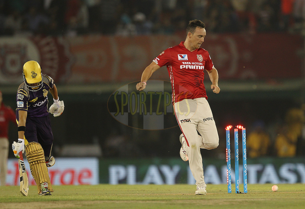Kyle Abbott of Kings XI Punjab uses his football skills to try and run out Kolkata Knight Riders captain Gautam Gambhir during match 13 of the Vivo Indian Premier League ( IPL ) 2016 between the Kings XI Punjab and the Kolkata Knight Riders held at the IS Bindra Stadium, Mohali, India on the 19th April 2016<br /> <br /> Photo by Ron Gaunt / IPL/ SPORTZPICS