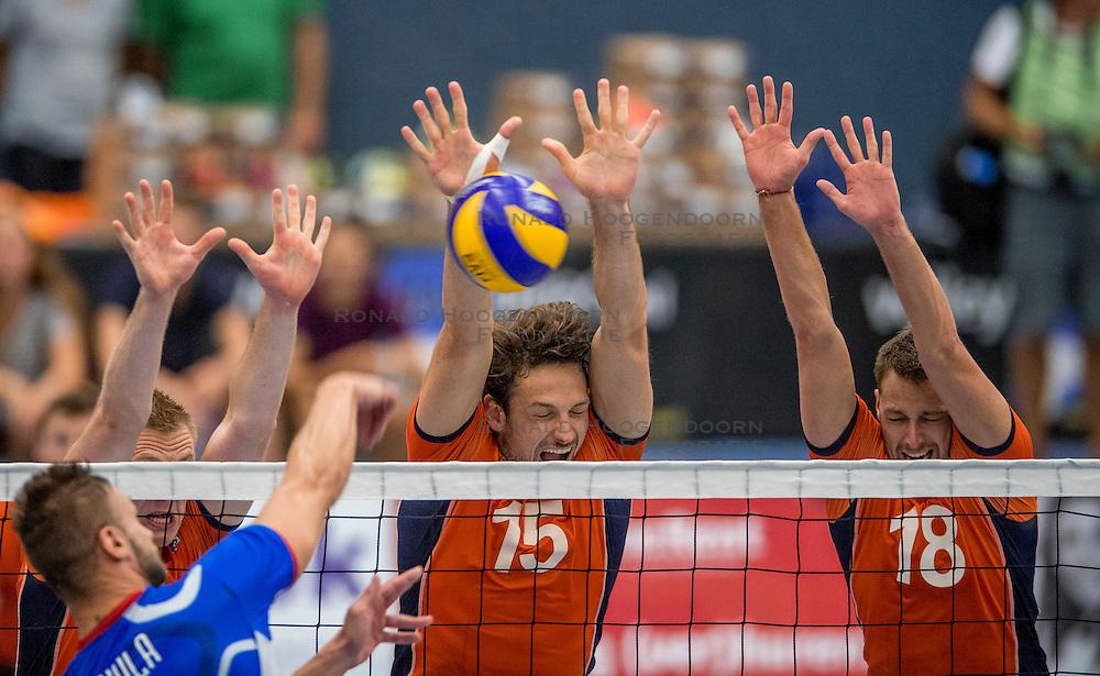 28-08-2016 NED: Nederland - Slowakije, Nieuwegein<br /> Het Nederlands team heeft de oefencampagne tegen Slowakije met een derde overwinning op rij afgesloten. In een uitverkocht Sportcomplex Merwestein won Nederland met 3-0 van Slowakije / Daan van Haarlem #1, Thomas Koelewijn #15, Robbert Andringa #18