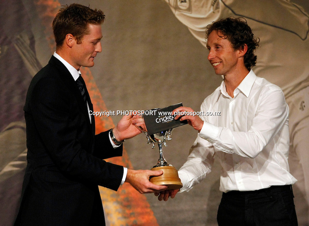 Martin Guptill is presented with an award from Olympian Hamish Carter.<br />