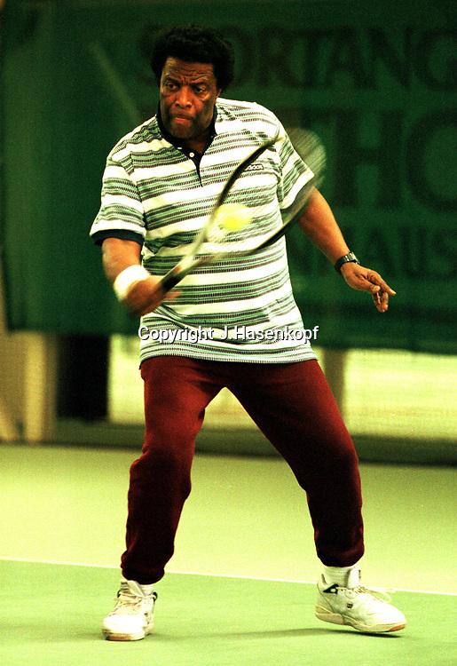 Schlagersaenger Roberto Blanco spielt Tennis, Monti Cup 1999, VIP Turnier, Monti Lueftner, Rothof, Prominenz,  lacht, Indoor, Halle, HF, Freizeitkleidung, Medien, Schlager,  Musiker, Musik,Society,<br /> 23.10.1999