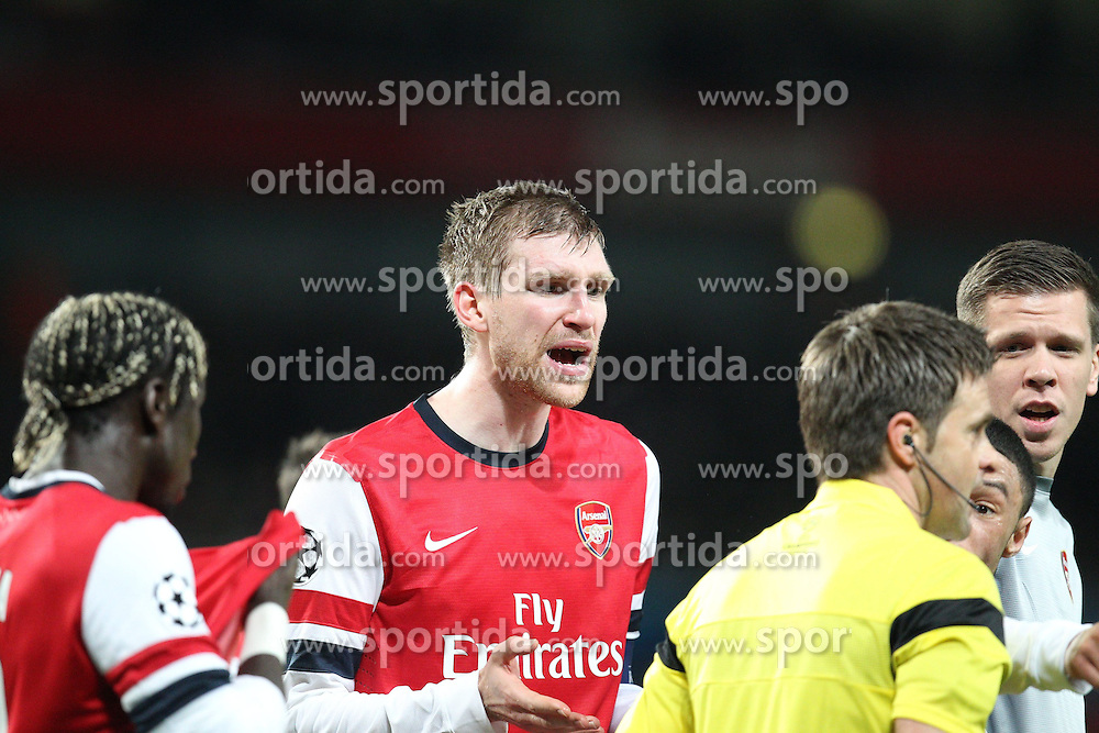 19.02.2014, Emirates Stadion, London, ENG, UEFA CL, FC Arsenal vs FC Bayern Muenchen, Achtelfinale, im Bild Per MERTESACKER #4 (FC Arsenal London) protestiert ueber den elfmeter // during the UEFA Champions League Round of 16 match between FC Arsenal and FC Bayern Munich at the Emirates Stadion in London, Great Britain on 2014/02/19. EXPA Pictures © 2014, PhotoCredit: EXPA/ Eibner-Pressefoto/ Kolbert<br /> <br /> *****ATTENTION - OUT of GER*****