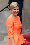 Koning Willem-Alexander en Koningin M&aacute;xima reiken Appeltjes van Oranje 2013 en Oranje Fonds Kroonappels uit in Paleis op de Dam.Jaarlijks bekroont het Oranje Fonds met de Appeltjes van Oranje sociale initiatieven die op succesvolle wijze verschillende groepen mensen verbinden. <br /> <br /> King Willem-Alexander and M&aacute;xima reach Queen Apples of Orange in 2013 and Oranje Fonds Crown Apples in Palace on Dam.Jaarlijks awarded the Orange Fund with the Apples of Orange social initiatives that different groups of people to successfully connect.<br /> <br /> Op de fotro / On the photo:  Aankomst  Koningin M&aacute;xima<br /> <br /> Arrival of Queen M&aacute;xima