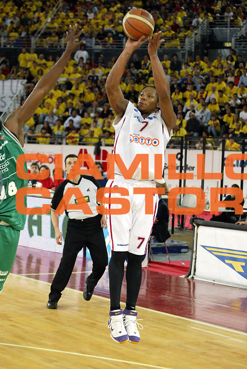 DESCRIZIONE : Roma Lega A1 2005-06 Play Off Semifinale Gara 2 Lottomatica Virtus Roma Benetton Treviso <br />GIOCATORE : Hawkins<br />SQUADRA : Lottomatica Virtus Roma<br />EVENTO : Campionato Lega A1 2005-2006 Play Off Semifinale Gara 2 <br />GARA : Lottomatica Virtus Roma Benetton Treviso <br />DATA : 03/06/2006 <br />CATEGORIA : Tiro<br />SPORT : Pallacanestro <br />AUTORE : Agenzia Ciamillo-Castoria/E.Pozzo