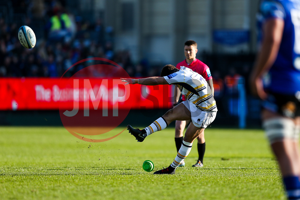 Duncan Weir of Worcester Warriors kicks a Penalty - Rogan/JMP - 17/11/2018 - RUGBY UNION - The Recreation Ground - Bath, England - Bath Rugby v Worcester Warriors - Gallagher Premiership.