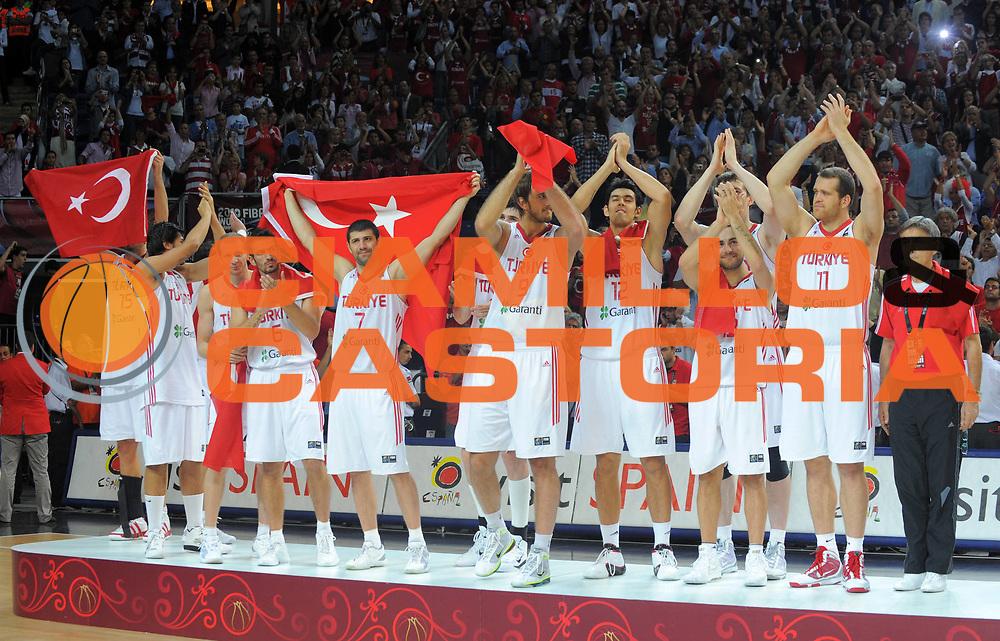DESCRIZIONE : Istanbul Turchia Turkey Men World Championship 2010 Final Campionati Mondiali Finale Turkey USA<br /> GIOCATORE : Team Turkey Team Turchia<br /> SQUADRA : Turkey Turchia<br /> EVENTO : Istanbul Turchia Turkey Men World Championship 2010 Campionato Mondiale 2010<br /> GARA : Turkey USA Turchia USA<br /> DATA : 12/09/2010<br /> CATEGORIA : esultanza jubilation premiazione<br /> SPORT : Pallacanestro <br /> AUTORE : Agenzia Ciamillo-Castoria/T.Wiedensohler<br /> Galleria : Turkey World Championship 2010<br /> Fotonotizia : Istanbul Turchia Turkey Men World Championship 2010 Final Campionati Mondiali Finale Turkey USA<br /> Predefinita :