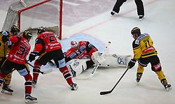 22.11.2016, Albert Schultz Halle, Wien, AUT, EBEL, UPC Vienna Capitals vs HC Orli Znojmo, 22. Runde, im Bild Kelsey Tessier (UPC Vienna Capitals), Jakub Stehlik (HC Orli Znojmo), Sean McMonagle (HC Orli Znojmo), Marek Schwarz (HC Orli Znojmo) und Sascha Bauer (UPC Vienna Capitals) // during the Erste Bank Icehockey League 22nd Round match between UPC Vienna Capitals and HC Orli Znojmo at the Albert Schultz Ice Arena, Vienna, Austria on 2016/11/22. EXPA Pictures © 2016, PhotoCredit: EXPA/ Thomas Haumer
