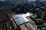 Nederland, Zuid-Holland, Rotterdam, 10-06-2015; dak, perron en sporen van het gerenoveerde en volkomen vernieuwde station van Rottterdam, Rotterdam CS. Achter het station het Groothandelsgebouw. Het spoorwegstation, bijnaam De Kapsalon is ontworpen door Benthem Crouwel Architekten.   <br /> The roof of the completely renovated railway station Rottterdam, Rotterdam Central (Benthem Crouwel architects) and is nicknamed The Hair Salon. <br /> luchtfoto (toeslag op standard tarieven);<br /> aerial photo (additional fee required);<br /> copyright foto/photo Siebe Swart