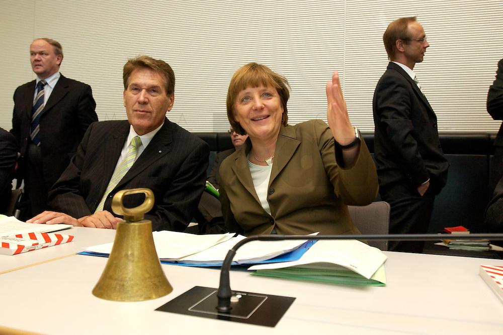 27 APR 2004, BERLIN/GERMANY:<br /> Michael Glos (L), CSU, Stellv. Fraktionsvorsitzender, und Angela Merkel (R), CDU Bundesvorsitzende, im Gespraech, vor Beginn der CDU/CSU Fraktionssitzung, Deutscher Bundestag<br /> IMAGE: 20040427-03-011<br /> KEYWORDS: Sitzung, Gespr&auml;ch