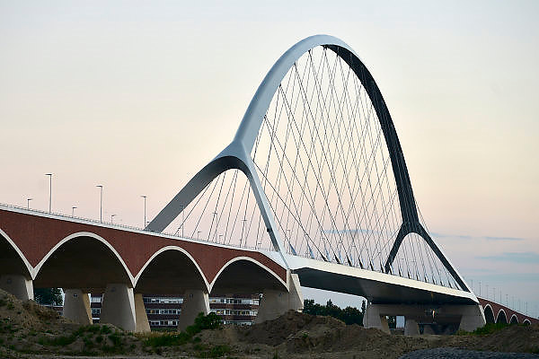 Nederland, Nijmegen, 11-9-2014 De nieuwe stadsbrug van de stad Nijmegen, de Oversteek, is in gebruik genomen, geopend. De brug is vernoemd naar de heldhaftige oversteek van de rivier de Waal die Amerikaanse soldaten op dit punt maakten tijdens de operatie Market Garden in de tweede wereldoorlog om met succes de oude Waalbrug te veroveren. De overspanning is een belangrijke schakel in de ontlasting van de stad van het doorgaande verkeer. De Oversteek is een boogbrug van 285 meter lang en 60 meter hoog en is de op een na langste hoofd overspanning van Nederland, en de grootste boogbrug van Europa met een enkelvoudige boog. De nieuwe oeververbinding moet zorgen voor een betere spreiding en doorstroming van verkeer binnen de stad Nijmegen. Na 75 jaar is er eindelijk een tweede vaste verbinding voor de stad. De oude waalbrug krijgt vanaf eind dit jaar groot onderhoud, waarna de volle capaciteit van beide bruggen pas gebruikt kan worden. De skyline van de stad is veranderd. De brug is een ontwerp van de Belgische architecten Ney en Paulissen. Foto: Flip Franssen/Hollandse Hoogte