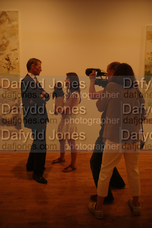 Nina Conti with 'The Monkey' interviewing Sir Nicholas Serota. 40th anniversary party. Modern Art Oxford. 14 July 2005. ONE TIME USE ONLY - DO NOT ARCHIVE  © Copyright Photograph by Dafydd Jones 66 Stockwell Park Rd. London SW9 0DA Tel 020 7733 0108 www.dafjones.com
