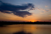 Uberlandia_MG, Brasil...Sol nascendo em uma lagoa do Parque do Sabia em Uberlandia...The sunrise in a lake at the Sabia Park in Uberlandia...Foto: BRUNO MAGALHAES /  NITRO