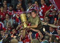 FUSSBALL  DFB POKAL FINALE  SAISON 2015/2016 in Berlin FC Bayern Muenchen - Borussia Dortmund         21.05.2016 DER FC BAYERN IST POKALIEGER 2016: Franck Ribery (FC Bayern Muenchen) uebergibt den Fans den Pokal
