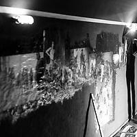 """Installation der Fotoausstellung """"Kreuzberg Charlottenburg"""" von Thomas Leuner im Berliner Club SO36."""