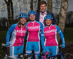 08-04-2016 NED: Challenge Diabetes on Tour, Arnhem<br /> Vandaag was de presentatie van de ploeg dat de roze trui in Milaan gaat ophalen. Op maandag 25 april 2016 vertrekken ze met een team bestaande uit mensen met diabetes en een begeleidingsteam naar Milaan. Na het overhandigen van de roze trui fietsen ze van 26 april t/m 3 mei in 8 dagen 1.190 km van Milaan naar Gelderland om daar op 4 en 5 mei 2016 een promotietour met de roze trui door de provincie te maken. Op 5 mei 2016 wordt de roze trui, vlak voor de ploegenpresentatie op het Marktplein in Apeldoorn, overhandigd aan de provincie. (L-R)  Fleur, Susanne, Bas vd G en  Lois.