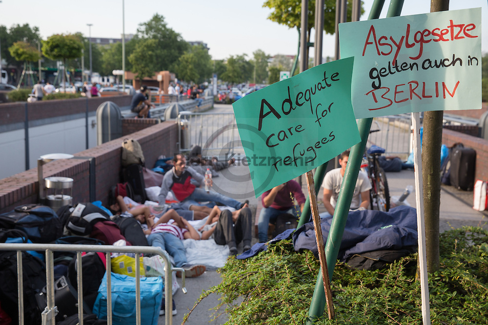 Berlin, Germany - 21.07.2016<br /> <br /> Some refugees sleep in front of the outposts of the State Office of Health and Welfare at the ICC in Berlin. They slept previously in the exhibition hall 26 which was evacuated for the IFA Fair - they should now be accommodated in a makeshift mass accommodation inside the ICC. Among other things, because residents of this shelter report a infested with bed bugs, they do not want in a another mass accommodation, specially not in the one inside ICC.<br /> <br /> Vor der Aussenstellen des Landesamt f&uuml;r Gesundheit und Soziales am ICC in Berlin campieren einige Fluechtlinge. Sie schliefen zuvor in der Messehalle 26 die fuer die Messe IFA geraeumt wurde - sie sollen nun in der Unterkunft der Malteser am ICC untergebracht werden. Unter anderem weil Bewohner dieser Notunterkunft ueber einen Befall mit Bettwanzen berichten, wollen sie nicht erneut in eine Massenunterkunft und im speziellen nicht in die zugewiesene <br /> <br /> Photo: Bjoern Kietzmann