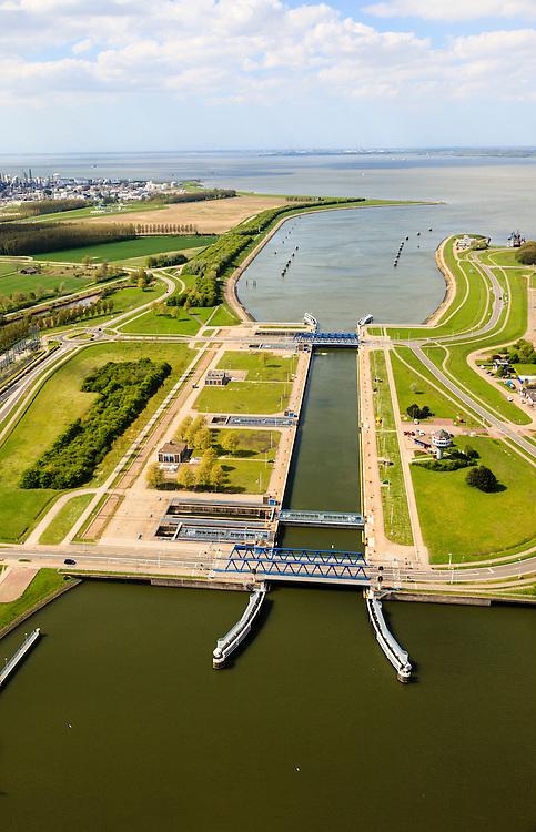 Nederland, Zeeland, Terneuzen, 09-05-2013; Sluizencomplex Terneuzen, de Westsluis of zeesluis.  <br /> Belgie en Nederland zijn overeengekomen een (nieuwe) grote zeesluis Terneuzen te gaan bouwen (geschikt voor schepen van het formaat New Panamax). Dow Cemicals in de achtergrond.<br /> View on the sluices of Terneuzen the West sluice (or Sea sluice. Dow Cemicals in the back.<br /> luchtfoto (toeslag op standard tarieven)<br /> aerial photo (additional fee required)<br /> copyright foto/photo Siebe Swart