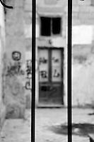 Lecce - Corte Santo Stefano delle Canne - Edifici abbandonati all'incuria e poi chiusi con un cancello per evitare che i vandali imbrattino eventualmente la zona.