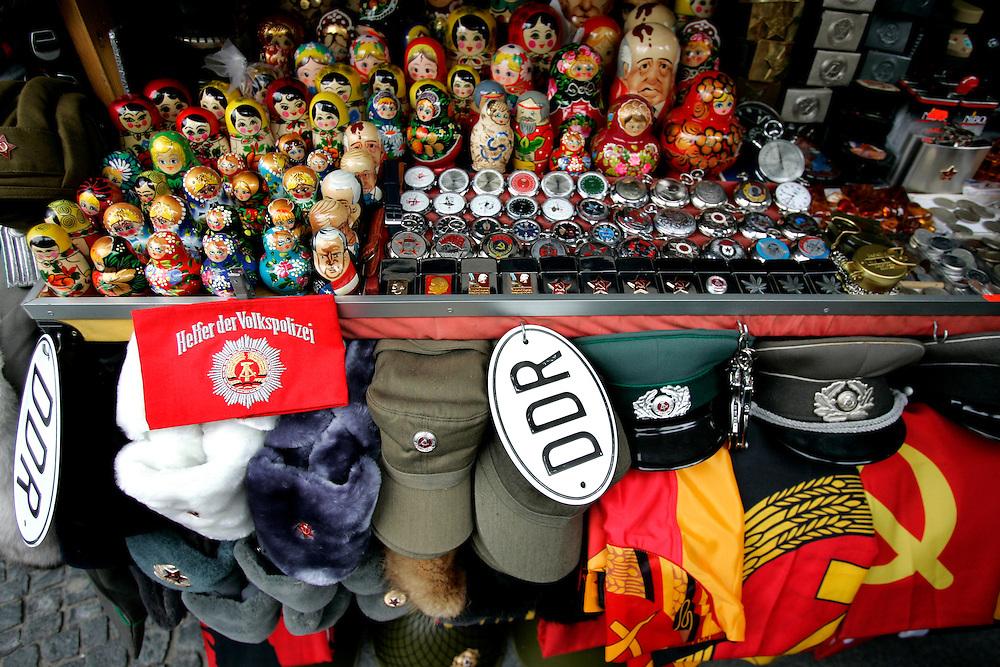 GERMANY - BERLIJN - Souvenirs at Checkpoint Charlie.  PHOTO GERRIT DE HEUS