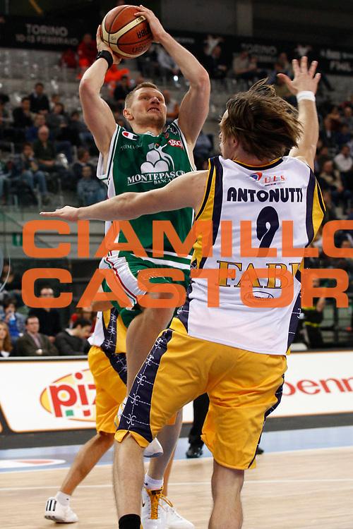 DESCRIZIONE : Torino Coppa Italia Final Eight 2011 Semifinale Montepaschi Siena Fabi Shoes Montegranaro<br /> GIOCATORE : Rimantas Kaukenas<br /> SQUADRA : Montepaschi Siena<br /> EVENTO : Agos Ducato Basket Coppa Italia Final Eight 2011<br /> GARA : Montepaschi Siena Fabi Shoes Montegranaro<br /> DATA : 12/02/2011<br /> CATEGORIA : tiro<br /> SPORT : Pallacanestro<br /> AUTORE : Agenzia Ciamillo-Castoria/P.Lazzeroni<br /> Galleria : Final Eight Coppa Italia 2011<br /> Fotonotizia : Torino Coppa Italia Final Eight 2011 Semifinale Montepaschi Siena Fabi Shoes Montegranaro<br /> Predefinita :